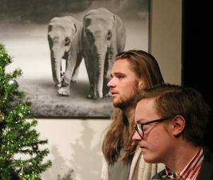 """Josef (Eric Enterkrans) är en del av julnyheten som drabbar familjen """"En bit utanför stan"""" som John (Anton Elg Tyskling) tillhör."""
