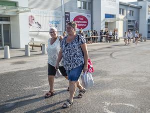 Nöjda kunderna Ulla Ohlsson och Susanne Sjöberg har köpt sina muggar. Resan till Sundsvall har varit planerad länge.