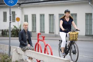 Camilla Hjalmarsson är projektledare i nudging i Nyköping. Konsult Katharina Paoli cyklar förbi.Bild: Henrik Montgomery/TT