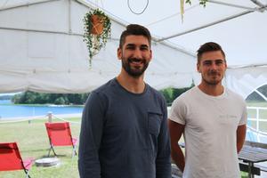 När det är fint väder är det sjukt många på stranden så har vi ett högt tryck i restaurangen, säger Renio Poli, till höger.