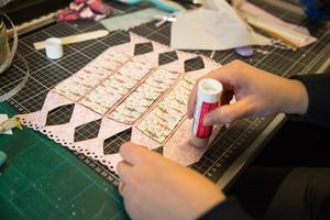 Ett vanligt limstift funkar fint för montering - men se till att trycka ihop sidorna så att det fäster ordentligt.