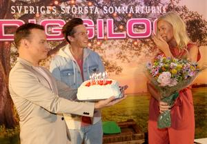En mycket rörd Jessica Andersson uppvaktades av Magnus Carlsson och David Lindgren då hon gör comeback i år. Bild: Kristofer Sandberg.