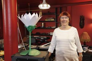 – Vi har också en egen näckros, konstaterar Monica Göransson, apropå det nya konstverket på Drottningtorget.