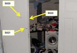 Den misstänkte 41-åringen slängde sina kläder i tvättmaskinen som inte hann tvätta klart innan polisen gjorde husrannsakan och stängde av tvättmaskinen. På kläderna och de gula markeringarna hittade polisen blodbesudlingar. Foto: Polisens förundersökning