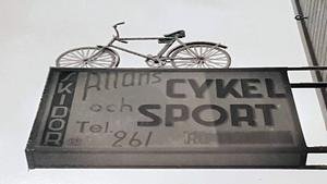 Sina första åtta yrkesverksamma år tillbringade Erik Mååg som delägare i den legendariska butiken Allans Sport i Leksand, grundad av hans farfar Allan Bergqvist.