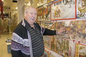 Rolf Carlsson visar sina väggbonader med julmotiv i Hökargallerian. Bland annat motiv av den berömda konstnären  Jenny Nyström.