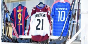 Flera signerade tröjor och hockeyklubbor auktionerades ut för att samla in pengar till stiftelsen.