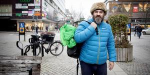 44-årige David Noone har letat efter sin okända pappa i 20 år. Nu har spåren lett honom till Södertälje.