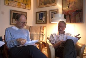Kjell Roman och Håkan Klang diskuterar stadgarna för det nya författarsällskapet.