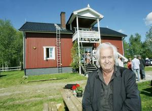 Framför författarstuga som Henning Mankell donerat till Svenska författareförbundet och Dramatikerförbundet. Där kan författaren ansöka om att få vistas under en tid.