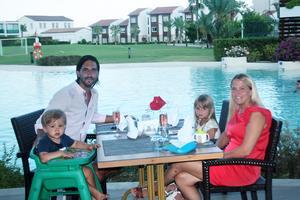 Foto: Privat Familjen andas ut väl på plats i Turkiet. Evren Yilmaz  med Helena Carlsson och deras barn Zander och Zelma.