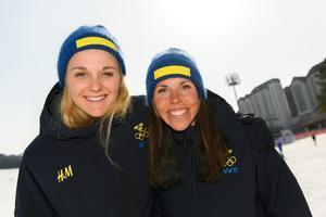 Stina Nilsson och Charlotte Kalla kör sprintstafetten ihop under onsdagen. Bild: Carl Sandin/Bildbyrån.
