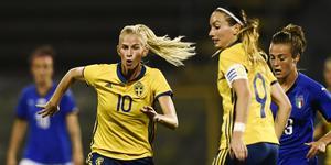 Jakobsson och Asllani har funnit varandra direkt under sin första tid som klubbkompisar. Bild: Erik Simander/TT