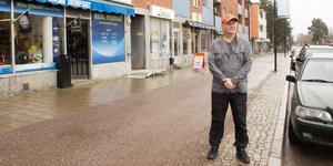 Jim Johansen berättar att många kunder klagar på bristen på parkeringsplatser längs Storgatan i Sandviken.