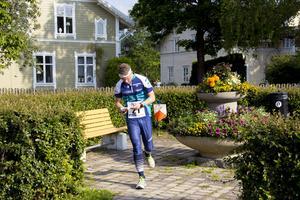 Orienterare precis efter kontroll under Sprintorienteringen i Norberg, Engelbrekt-sommar 2019.