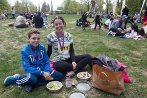 Elliot och Anna Bärgård, sprang 5-kilometersloppet tillsammans, myste i Vasaparken efter målgång.
