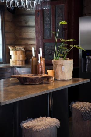 Köksön har en skiva av betong. Barstolarna är gjorda av måttbeställda timmerstockar med små fällar på sitsen.