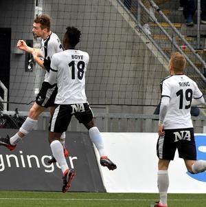 Isaac Boye och Filip Rogic jublar ihop efter ÖSK:s kvitteringsmål.  Bild:  Conny Sillén/TT