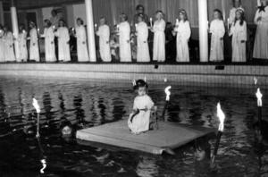 2-åriga Camilla Hägglund gjorde succé som Lucia i Fränsta simhall 1971.Foto: ÖP:s arkiv