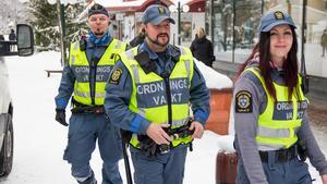 Björn Glad, Conny Thörnell och Jennifer Persson arbetar som ordningsvakter i Söderhamns centrum.