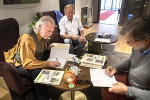 Per Sonerud, Lars Erik Saltin och Jens Ahlbom signerar böcker till boksläppet.