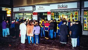 Bokia har tagit över, alltså efter 1988. Under något decennium startade den årliga rean vid midnatt och folk köade. Foto: Privat