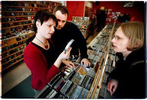 April 2003. Dagensskiva.com-trion Fifi Nylander (nu Ström), Patrik Ekelöf och Patrik Hamberg står och bläddrar bland skivorna på Bananamoon, Örebro. Foto: Sofie Isaksson/NA