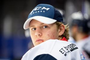 Isak Ragnevad får hoppas på en roligare andra match i hockeyallsvenskan. Foto: Petter Arvidson / Bildbyrån