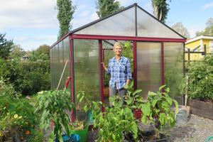 I flera år har Pia Mostens plan varit att lägga stenplattor utanför växthuset. All odling gör dock att tiden ännu inte räckt till.