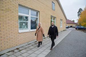 """På de av Lina grundskolas fasader som saknar övervakningskameror är flera fönster krossade.  """"Jag vill inte spekulera i varför"""" säger Bobil Oyal på Telge fastigheter."""