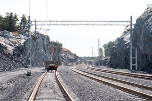 Järnvägen mot väg 73. Tunneln under vägen är inte klar, de arbetena börjar en bit in på nästa år.