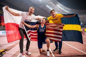 Foto: Bildbyrån. Armand Duplantis. (till höger) jublar tillsammans med bronsmedaljören Piotr Lisek (till vänster) och guldmedaljören Sam Hendricks (i mitten).