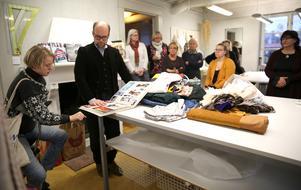 Designer Lars Nilsson visar eleverna på Mora folkhögskola sin inspirationsbok.