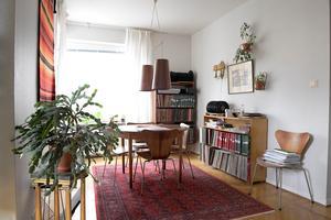 De flesta av hemmets mattor är köpta på Myrorna och loppisar.Foto: Janerik Henriksson / TT