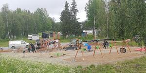 Här byggs utegym, lekplats och hundrastgård vid campingen i Hede, väl synlig från riksväg 84. Redan på onsdagskvällen fixades det en del. Foto: Olivia Söderlund