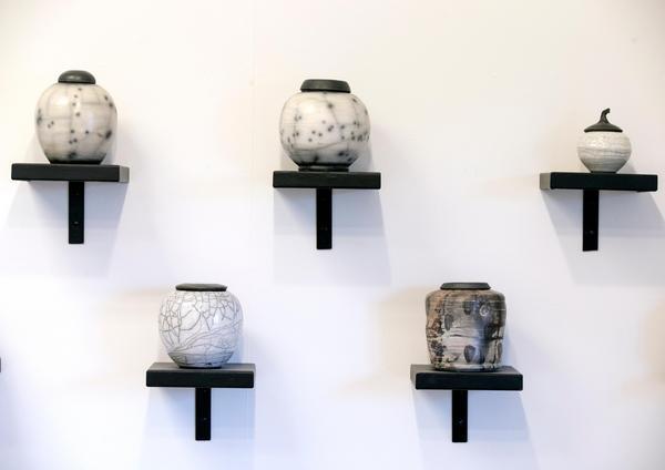 Agneta Taube är en välkänd konstnär med många offentliga utsmyckningar. Urnorna finns i hennes ateljé som ligger i en nybyggd flygel.