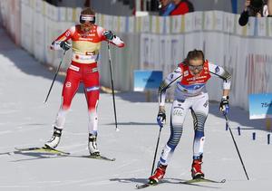 Stina Nilsson rycker ifrån Norges Therese Johaug och säkrar det svenska guldet i VM-stafetten i Seefeld för två veckor sedan. Foto: Matthias Schrader/AP Photo