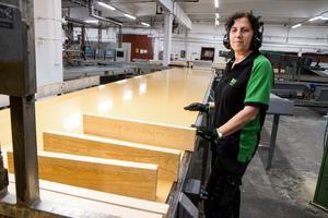 Nu är produktionen igång och fingerskarvade listämnen kan levereras till företagets kunder. Mirvete Mazreku är en av medarbetarna som ser till att banden rullar.