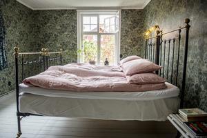 Parets sovrum är pampigt–  i all sin enkelhet.