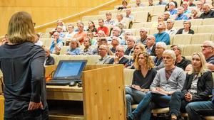 Ett stort möte om VA vid Norr Mälarstrand i maj förra året. Köpings kommun driver nu själva överklagandet till nästa instans sedan sommarstugeägarna fått rätt i Förvaltningsrätten.