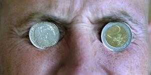 2003 röstade Sverige nej till euron. Därför bör vi inte betala för dess överlevnad. Foto: Scanpix.