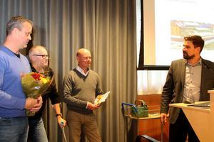 Richard Brännström, tf fastighetschef, kommunchef Nicklas Bremefors  och KS ordförande Markus Evensson lämnade över blommorna.