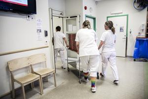 Ett lass med gratis pizza anländer till vårdpersonal som jobbar under coronasmittan.