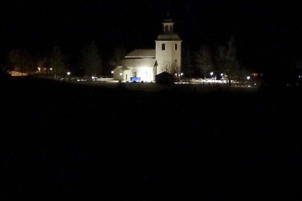 Mörkt längs riksväg 84 ner mot kyrkan i Linsell. Här ska vägen normalt sett lysas upp av gatlampor.