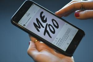 #Metoo. Kampanjen på sociala medier där kvinnor delar med sig av erfarenheter av trakasserier och sexuella övergrepp.