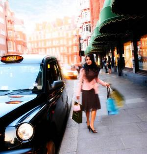 Kvinna på shoppingrunda i London. Foto: Britainonview