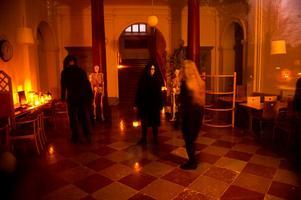 Spökena hade någon form av sammanträde i foajén innan eleverna släpptes in.