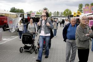 På väg in. Patrik Hellström med sonen Tim på axlarna.