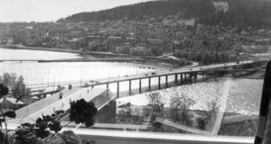 Frösöbron i juni 1973. Bilden tagen från ännu ett nybygge i staden, lasarettet. Foto: ÖP:s arkiv