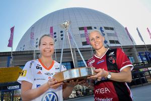 Iksus Amanda Delgado Johansson och Moras Anna Wijk poserar framför Globen med trofén som de båda lagen gör upp om årets SM-final. Foto: Jonas Ekströmer/TT